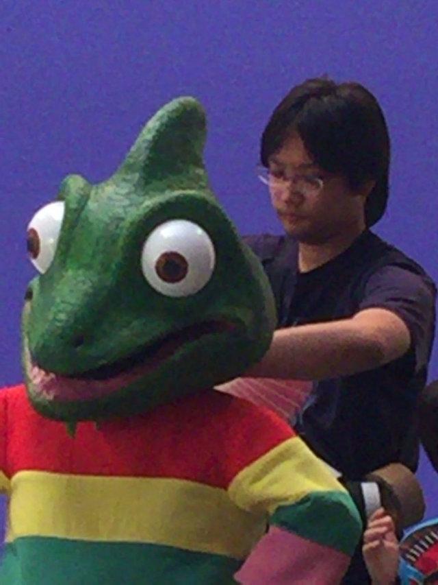 撮影現場にてキャラクターの着付けを手伝う新入社員